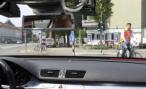 В Москве женщина-водитель кроссовера сбила на перекрестке семью велосипедистов