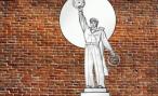 Во Владивостоке поставили памятник «правому» рулю