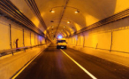 В Москве в Северо-Западном тоннеле с фуры на легковой автомобиль упала бетонная плита