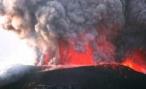 Лава из извергающегося вулкана заблокировала дорогу на Камчатке