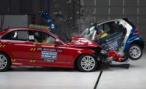 Три человека пострадали в результате лобового столкновения двух автомобилей в Москве