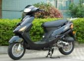В Москве водитель на «Фольксвагене» сбил инспектора ДПС на скутере