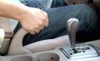 В каких случаях нельзя оставлять автомобиль на «ручнике»?