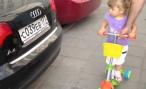 Двухлетняя Эля из Москвы знает все марки автомобилей. Убедитесь сами