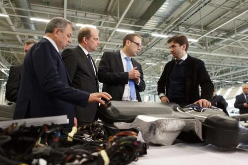 Министр Абызов и губернатор Самарской области Артамонов на заводе Volkswagen в Калуге