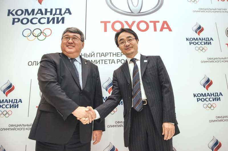 Президент ООО «Тойота Мотор» Хидэнори Одзаки и генеральный директор Олимпийского комитета России Владимир Сенглеев