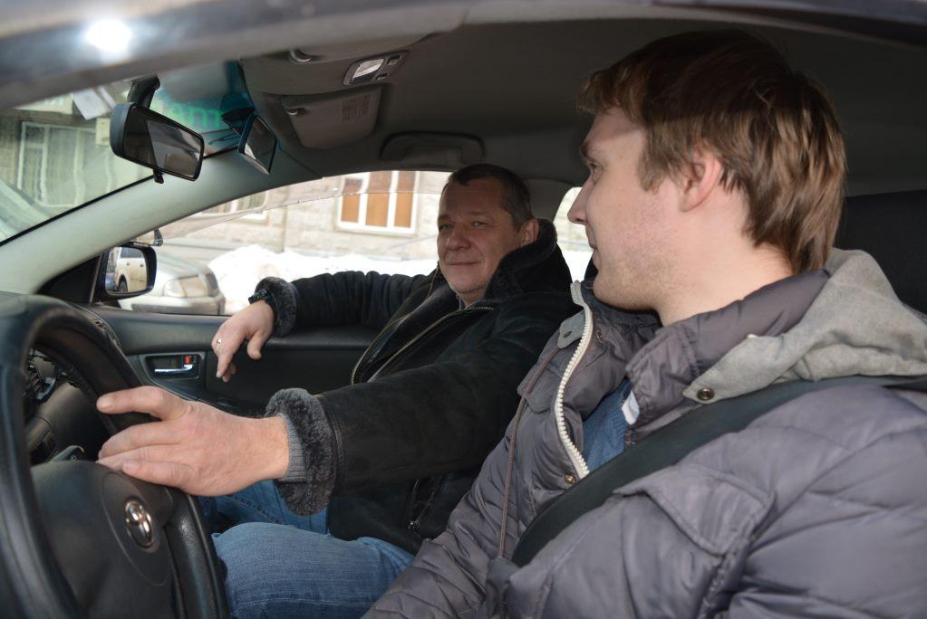 Автоинструктор и ученик автошколы