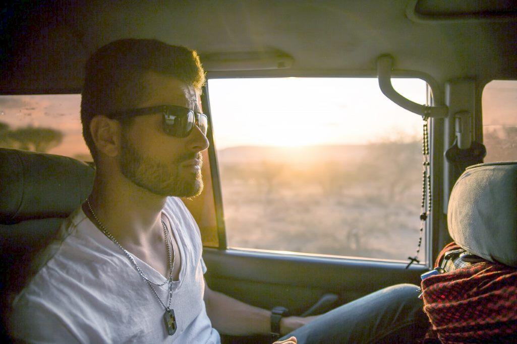 Пассажир автомобиля в солнцезащитных очках