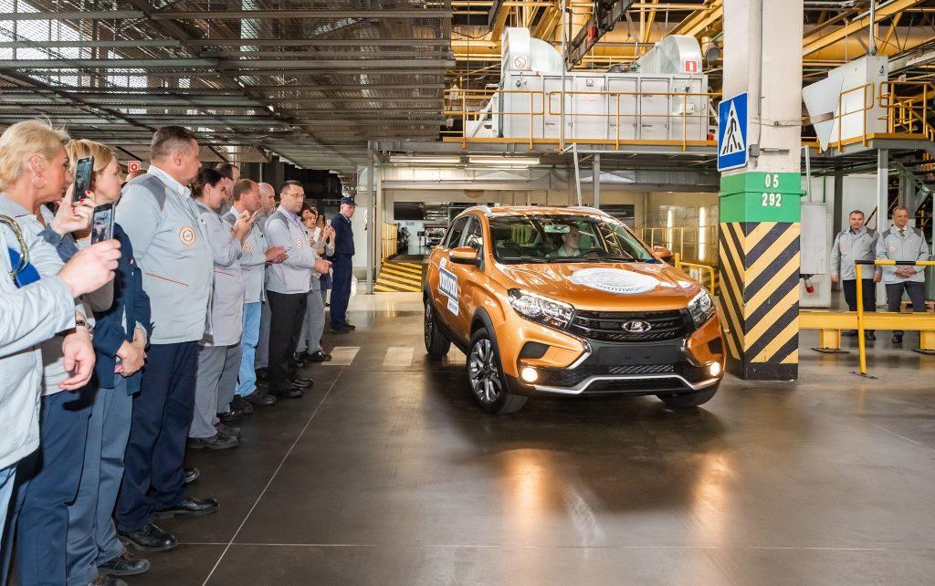 С конвейера линии B0 в Тольятти сошел миллионный автомобиль - Lada Xray Cross