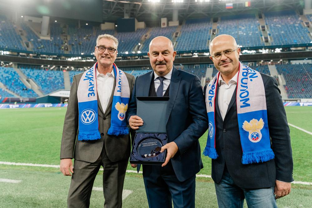 Станислав Черчесов получает награду после домашнего матча с Бельгией