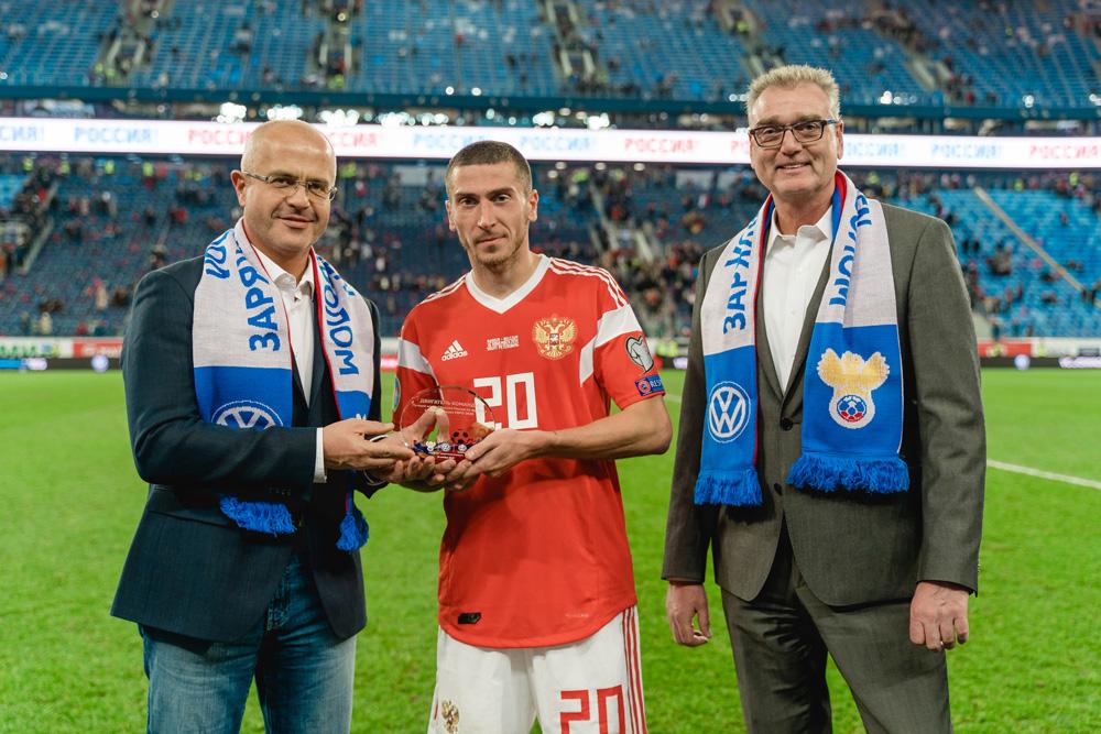 Алексей Ионов получает награду после домашнего матча с Бельгией