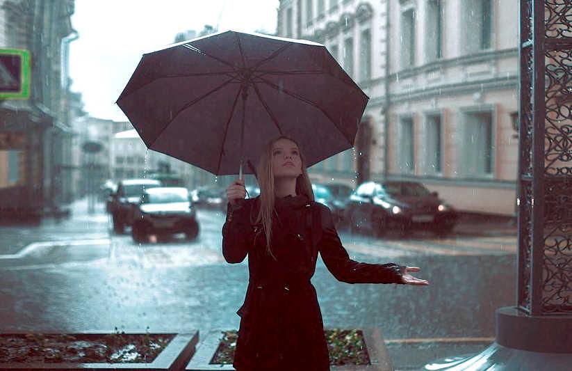 Дождь, женщина под зонтом