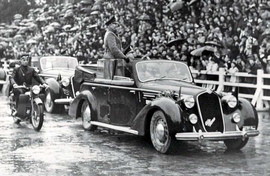 Бенито Муссолини на Alfa Romeo