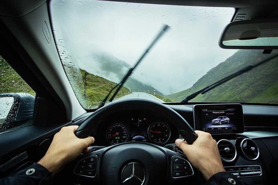Автомобиль (Mercedes-Benz), водитель, дорога, стеклоочистители (дворники)