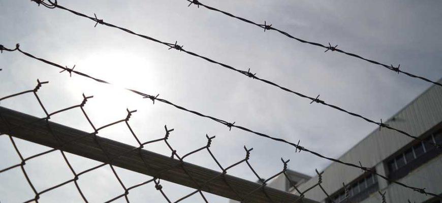Колючая проволока, тюрьма