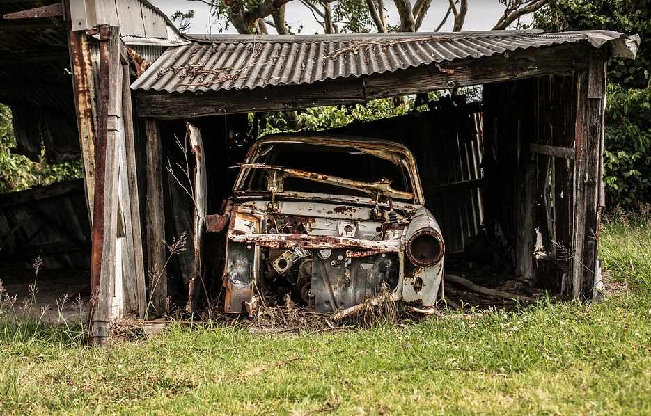 Разбитый автомобиль в гараже