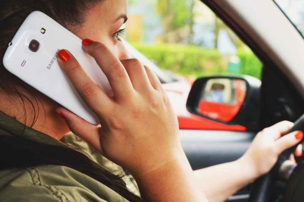 Женщина водитель, мобильный телефон