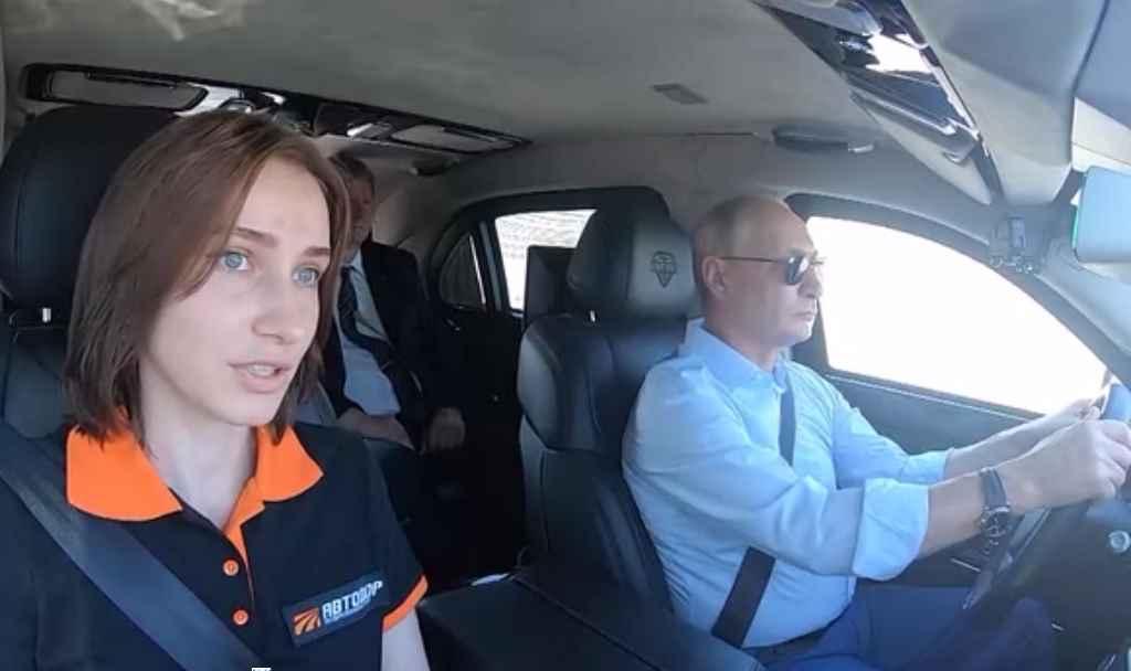 Президент России Владимир Путин на открытии участка дороги ЦКАД-1 за рулем Aurus