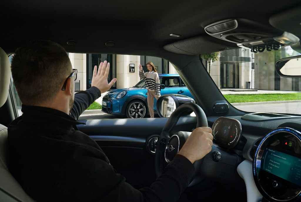 Водитель приветствует другого водителя