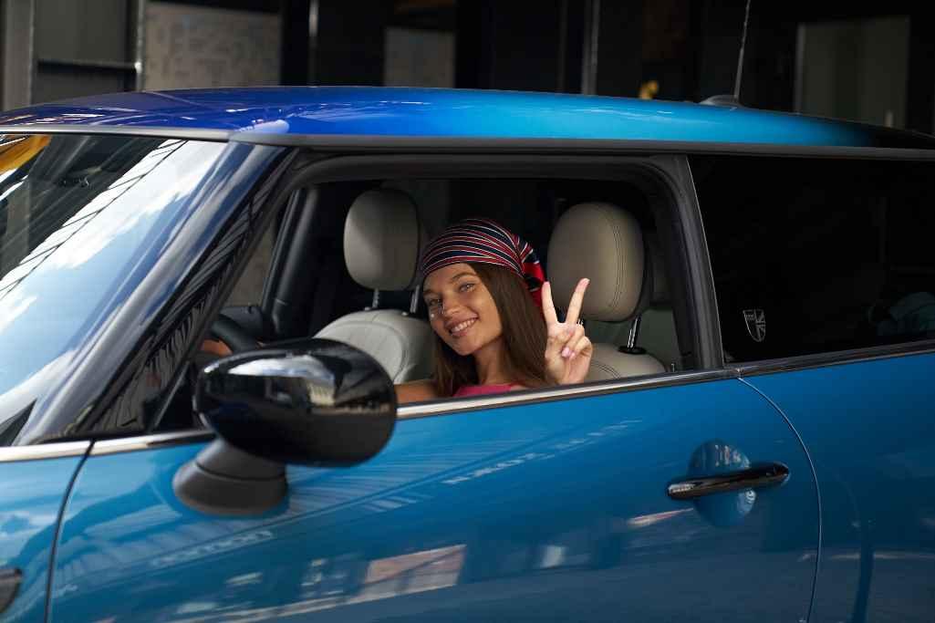 Девушка за рулем Mini