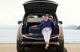 2022 Range Rover. Женщина в багажнике