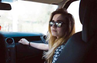 Женщина, пассажирка автомобиля